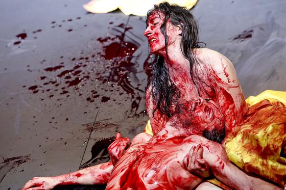 PENTHESILEA Regie: Michael Thalheimer Felix Rech, Constanze Becker Foto: Birgit Hupfeld